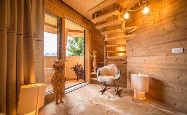 Pinecone Tree House by Domus Gaia dezeen 2364 col 4 600x369 - ¿Imaginas pasar la noche en una casa colgante en medio de los Alpes Italianos?