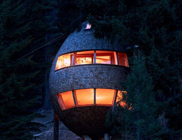 Pinecone Tree House by Domus Gaia dezeen 2364 col 7 e1507889367961 600x462 - ¿Imaginas pasar la noche en una casa colgante en medio de los Alpes Italianos?