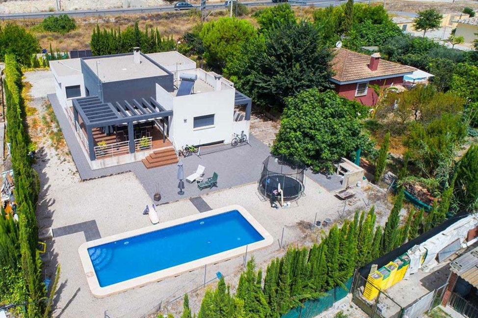 Recinto - Disfruta de los jardines, piscina y tranquilidad de esta casa individual en Alicante