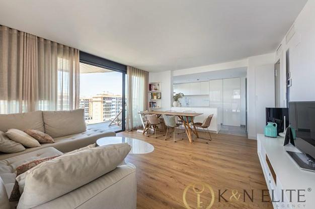 SALON ALICANTE - Descubre este piso junto a la playa en Alicante, ideal para aquellos que buscan un espacio moderno y cómodo