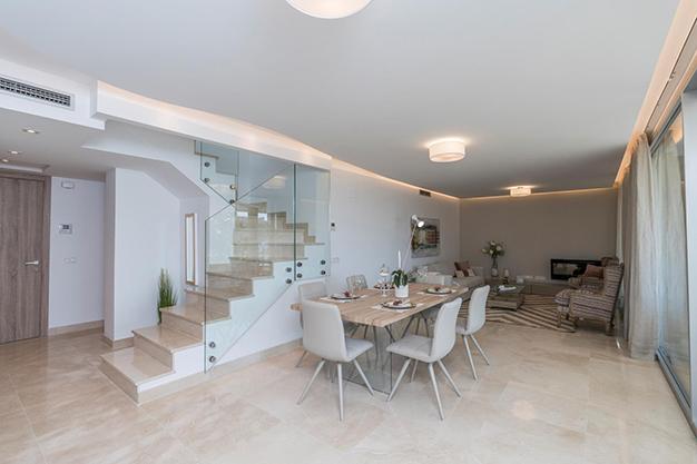SALON COMEDOR BENAHAVIS - Vive rodeado de espacios verdes con este apartamento de lujo en Málaga