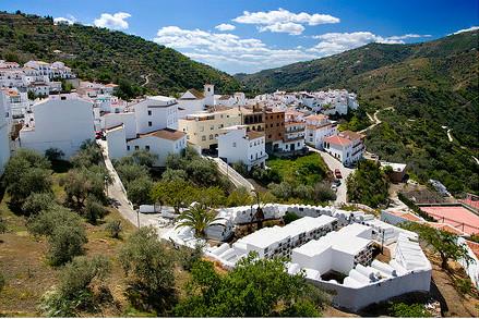 Sayalonga cementerio y pueblo - Los mejores pueblos de Málaga para una escapada rural en las fiestas del Pilar