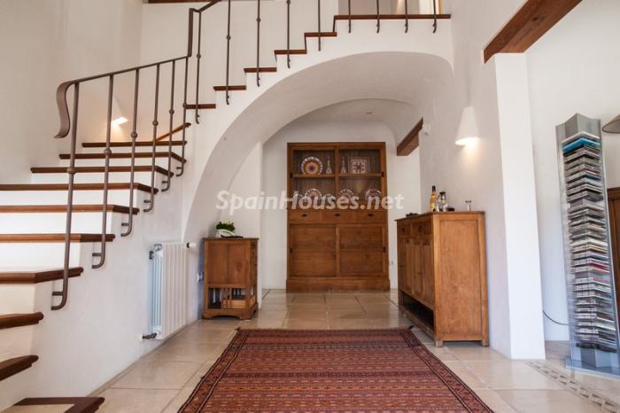 Bonita entrada principal con escalera