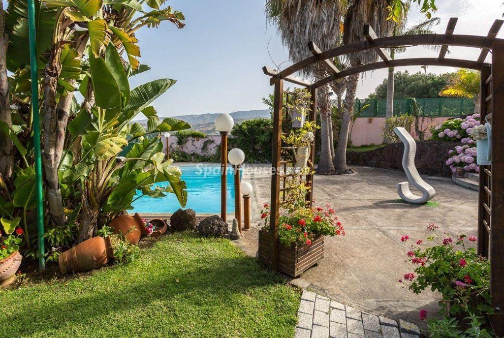 accesopiscina 1024x687 - Lujosa serenidad clásica en una espectacular casa en Las Palmas de Gran Canaria