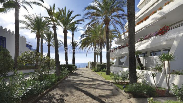 accesoplaya1 - Precioso apartamento con decoración elegante y serena junto al mar en Marbella