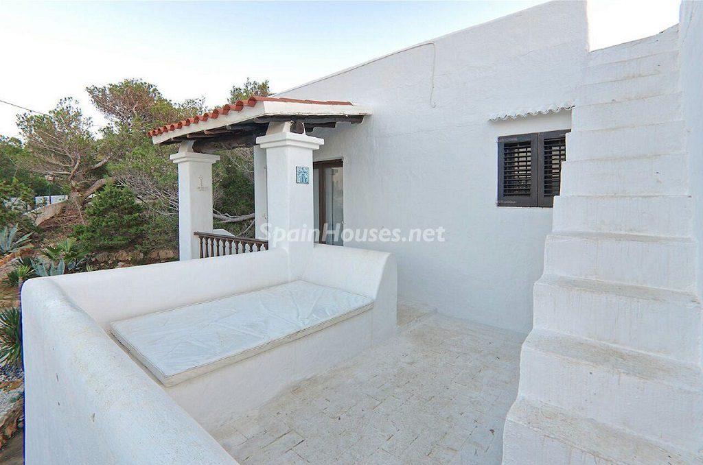 accesoterraza 1024x678 - Atardecer mágico en Ibiza: Casa en alquiler de puro estilo ibicenco y encanto mediterráneo