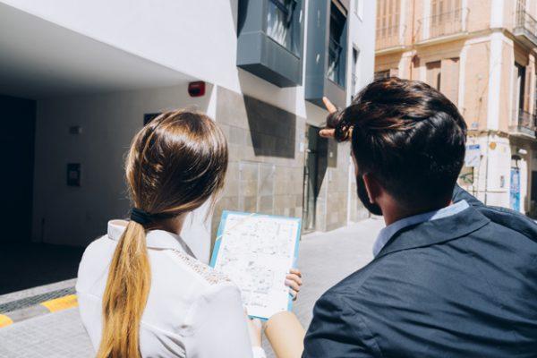agentes inmobiliarios examinando el edificio 23 2147650189 600x400 - ¿Cuánto tiempo tardan los españoles en vender una propiedad?