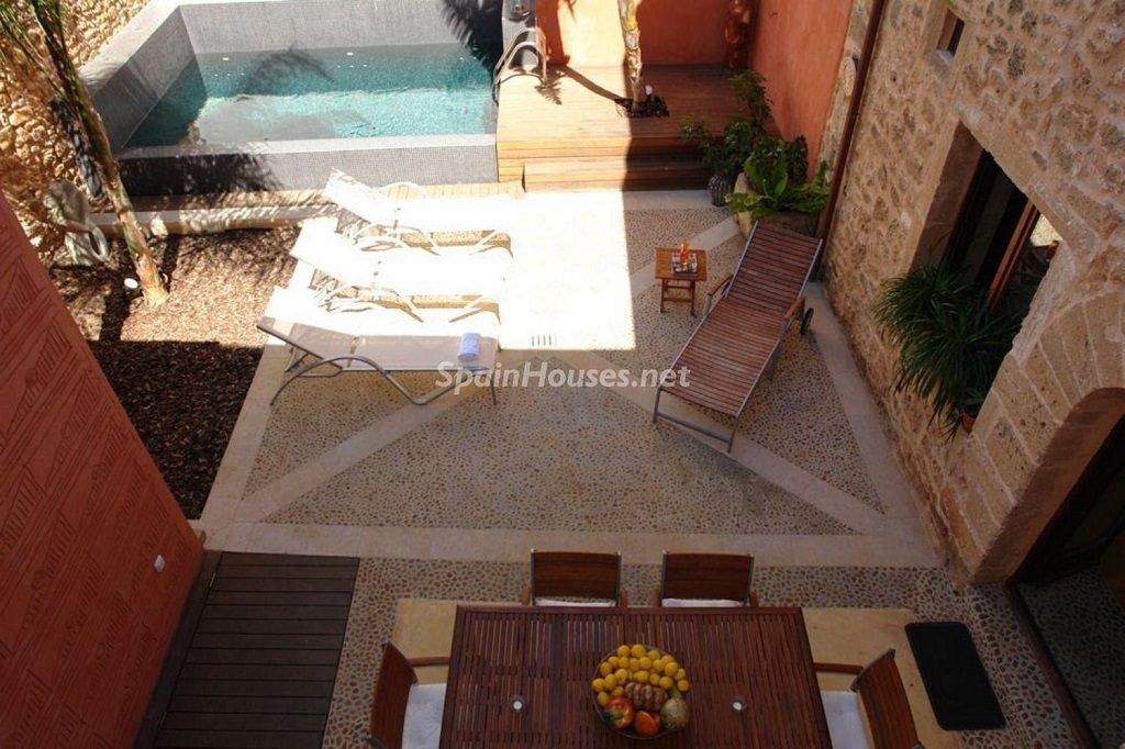 alcudia mallorca 1 1024x682 - Patios y rincones con sabor mediterráneo: espacios de luz y primavera