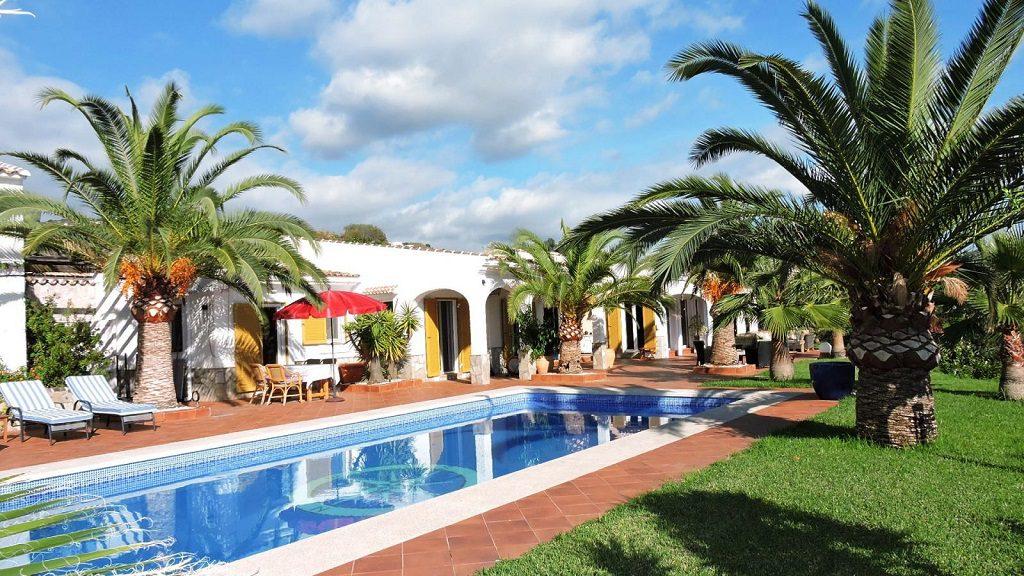 algarrobo malaga 1024x576 - De verde y primavera: 18 espectaculares casas con un amplio y soleado jardín