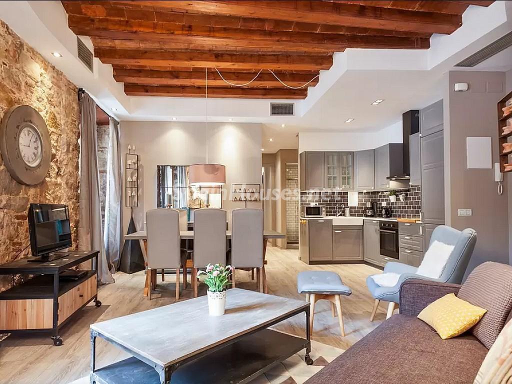 apartamento barcelona 1024x768 - 16 fantásticas casas con chimenea y rincones de calidez para los últimos días del invierno