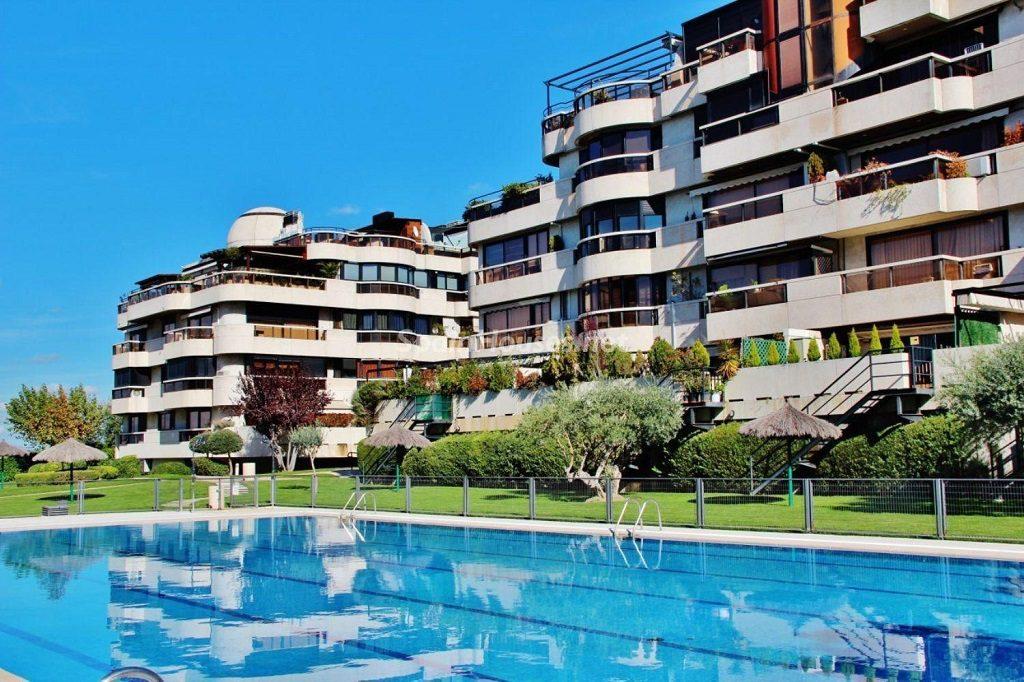 aravaca madrid 1024x682 - Sugerencias refrescantes para el verano: 19 pisos con piscina en la ciudad o junto al mar