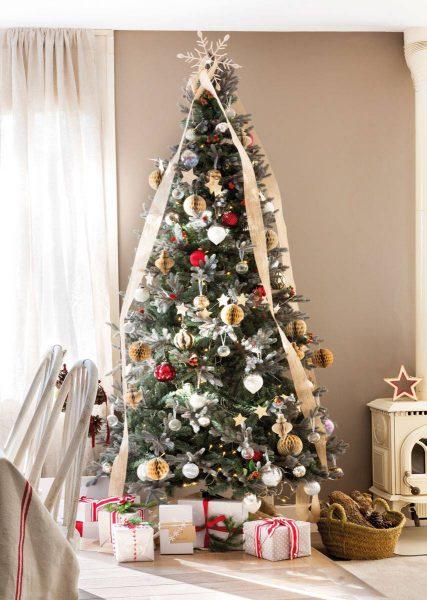 arbol de navidad con cintas en salon tonos beige 470864 4d4972e4 853x1200 427x600 - Inspírate con estos árboles de Navidad y decora tu árbol perfecto