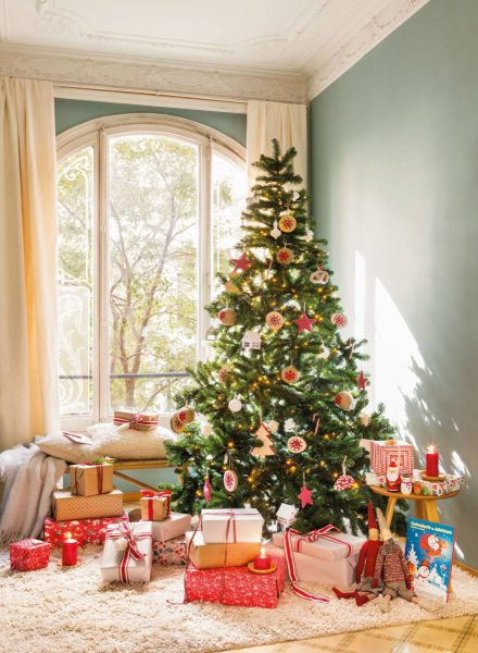 arbol de navidad en salon techos molduras y pared verde gris 470938 87dbac09 879x1200 440x600 - Inspírate con estos árboles de Navidad y decora tu árbol perfecto