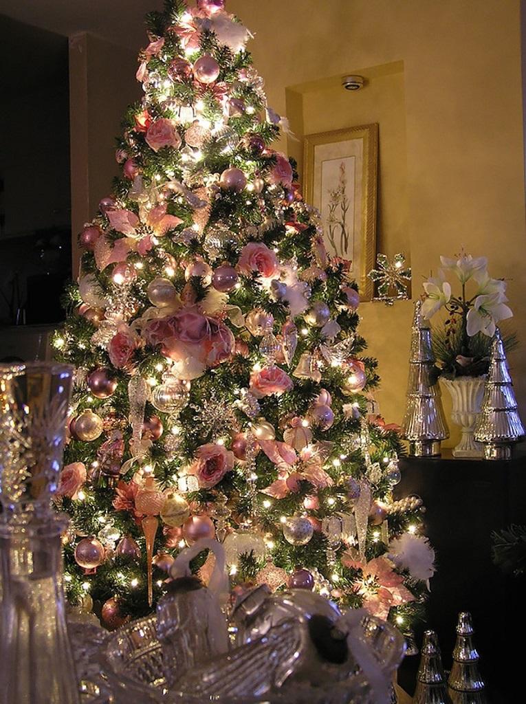 arbolnavidadflores2 - Decorar el árbol de navidad con flores: un ambiente fresco con un resultado espectacular