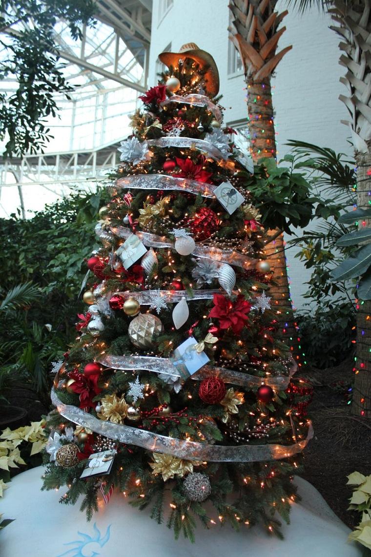 arbolnavidadflores6 - Decorar el árbol de navidad con flores: un ambiente fresco con un resultado espectacular
