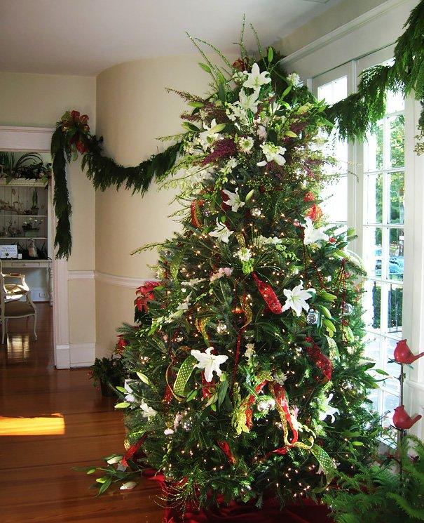 arbolnavidadflores7 - Decorar el árbol de navidad con flores: un ambiente fresco con un resultado espectacular