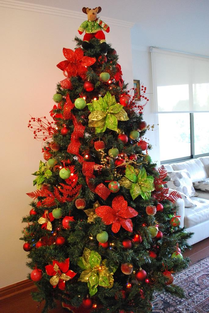 arbolnavidadflores8 - Decorar el árbol de navidad con flores: un ambiente fresco con un resultado espectacular