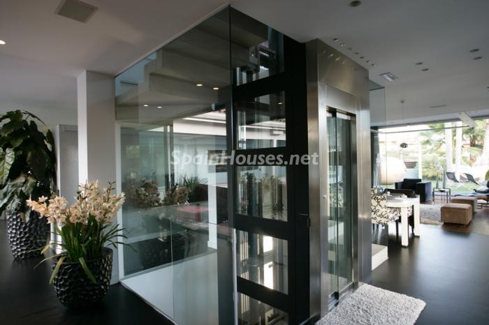 ascensor - Casa de la Semana: Precioso chalet de diseño en Sant Andreu de Llavaneres (Barcelona)