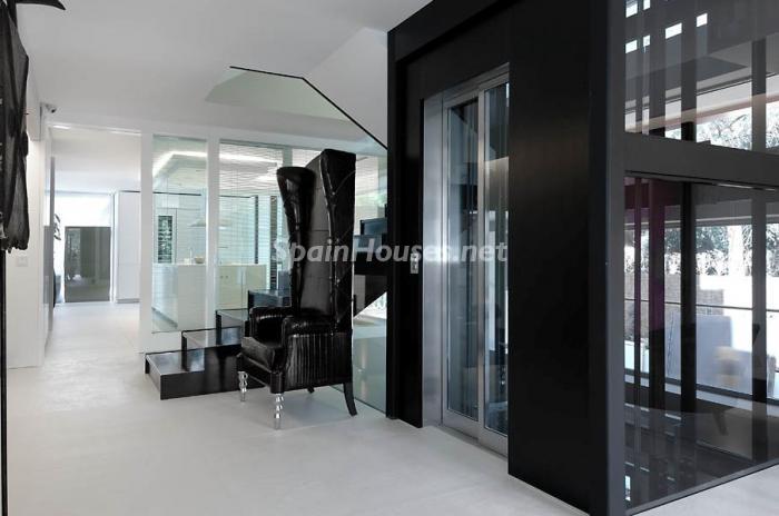 ascensor1 - Casa de la Semana: Espectacular Villa de lujo en La Moraleja: diseño y exclusividad en Madrid