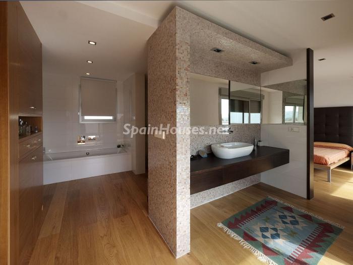 baño 1 - Arquitectura bioclimática en un moderno chalet de diseño en Somió, Gijón (Asturias)
