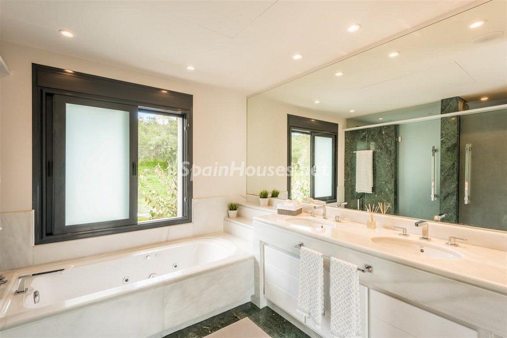 baño 13 1024x683 - Fantástica villa escondida entre los campos de golf de Nueva Andalucía, Marbella (Málaga)