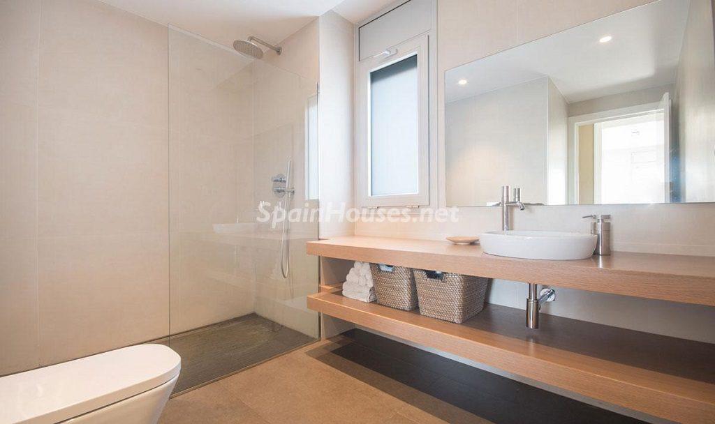 baño 17 1024x608 - Diseño escandinavo en una soleada casa junto a la playa en Cambrils (Costa Dorada)