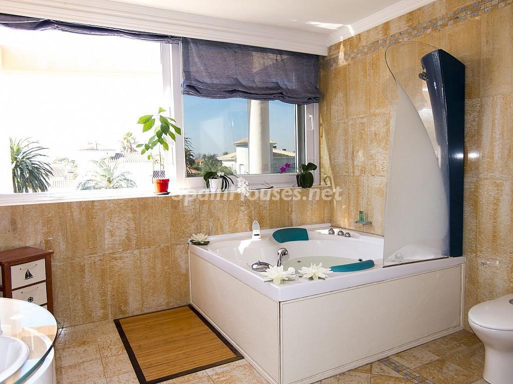 baño 19 1024x768 - Imponente casa entre lo clásico y lo moderno en el Gran Canal de Empuriabrava (Girona)