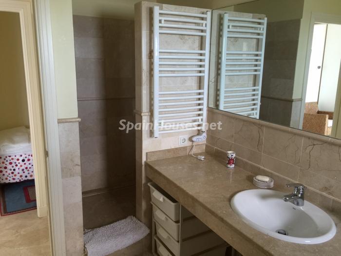 baño 2 - Chalet en alquiler en primera línea de golf y mar en Alcaidesa (Costa de la Luz, Cádiz)
