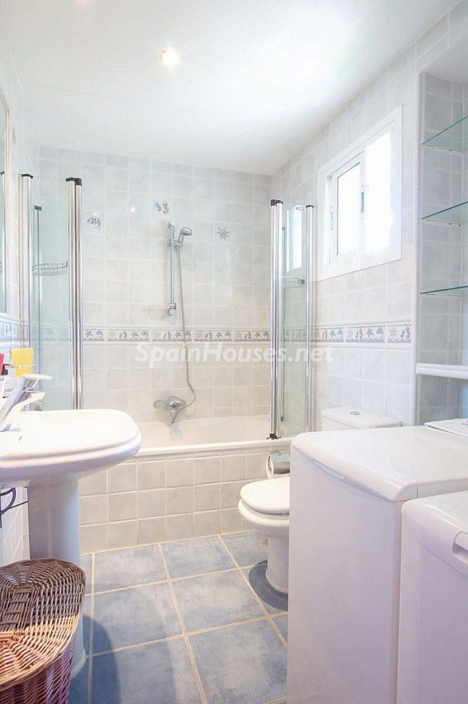 baño 23 681x1024 - Coqueta casa en Torremuelle (Benalmádena Costa, Málaga): económica, luminosa y cerca del mar