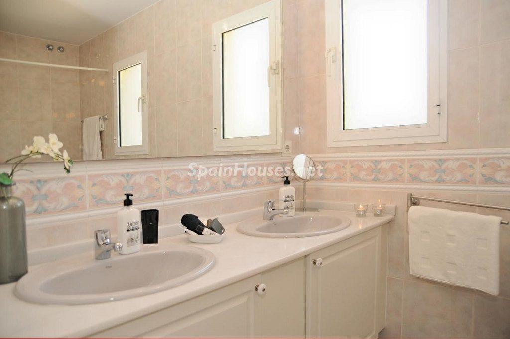 baño 24 1024x680 - Coqueta villa en Mijas Golf (Costa del Sol, Málaga), con piscina y un bonito porche para disfrutar