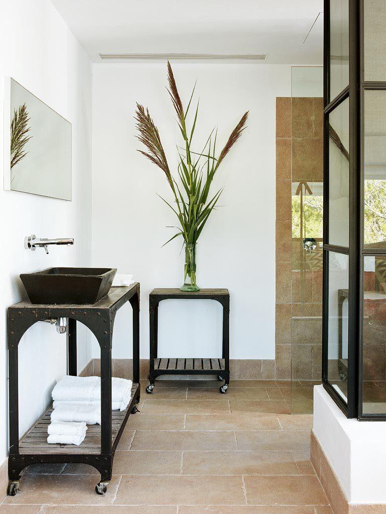 baño 31 768x1024 - Un precioso de refugio otoñal en una casa llena de luz en Menorca (Baleares)