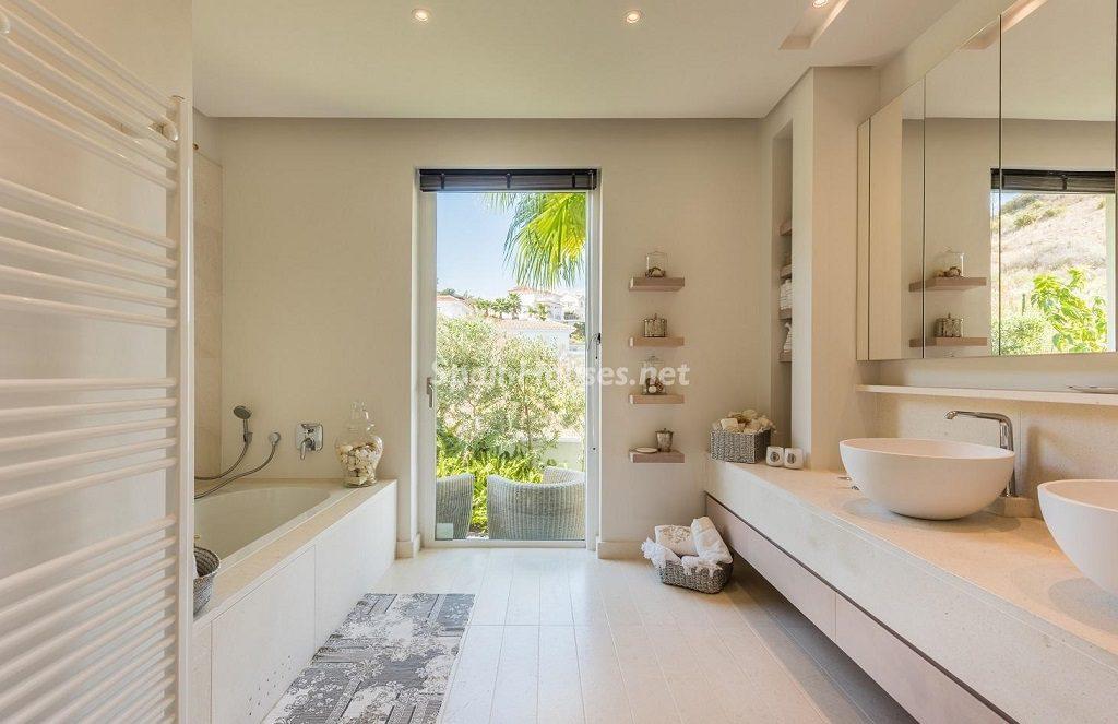 baño 35 1024x663 - Espacios de luz, sol y diseño en una moderna casa en Mijas Costa (Málaga)