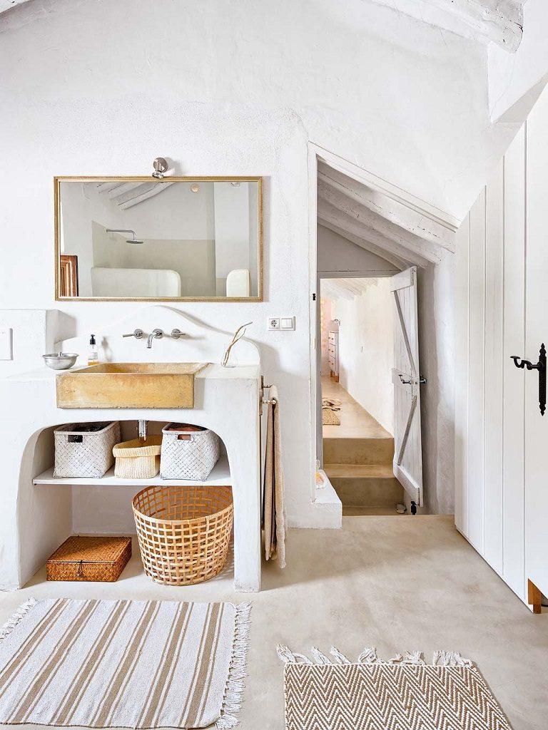 baño 39 768x1024 - Navidad blanca, sutil y nórdica en un cortijo andaluz de ensueño en Málaga