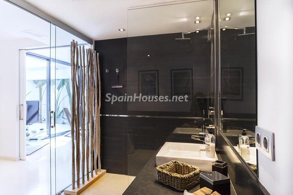 baño 51 1024x682 - Lujo minimalista para una escapada de vacaciones frente a Es Vedrà, Ibiza (Baleares)