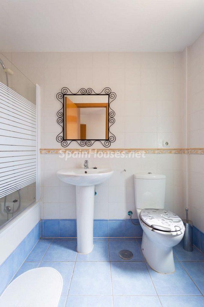 baño 58 681x1024 - Sencilla simetría y vistas al mar en un apartamento en Playa Paraíso, Adeje (Tenerife)
