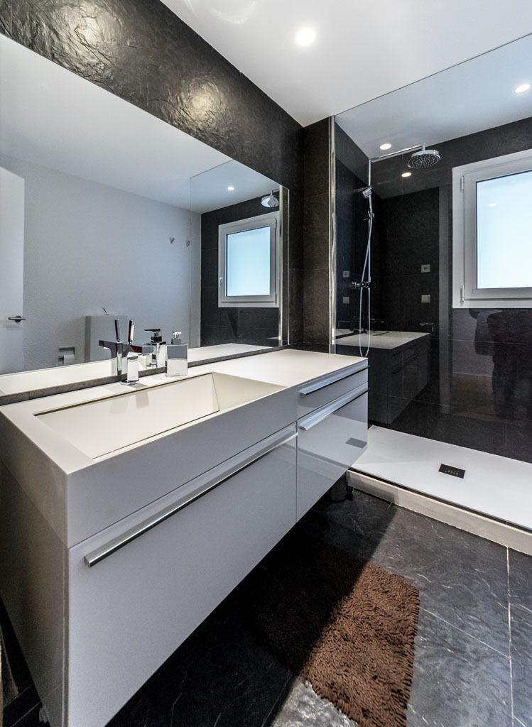 baño 62 749x1024 - Casa en Alella (Barcelona), de diseño minimalista y piscina primaveral