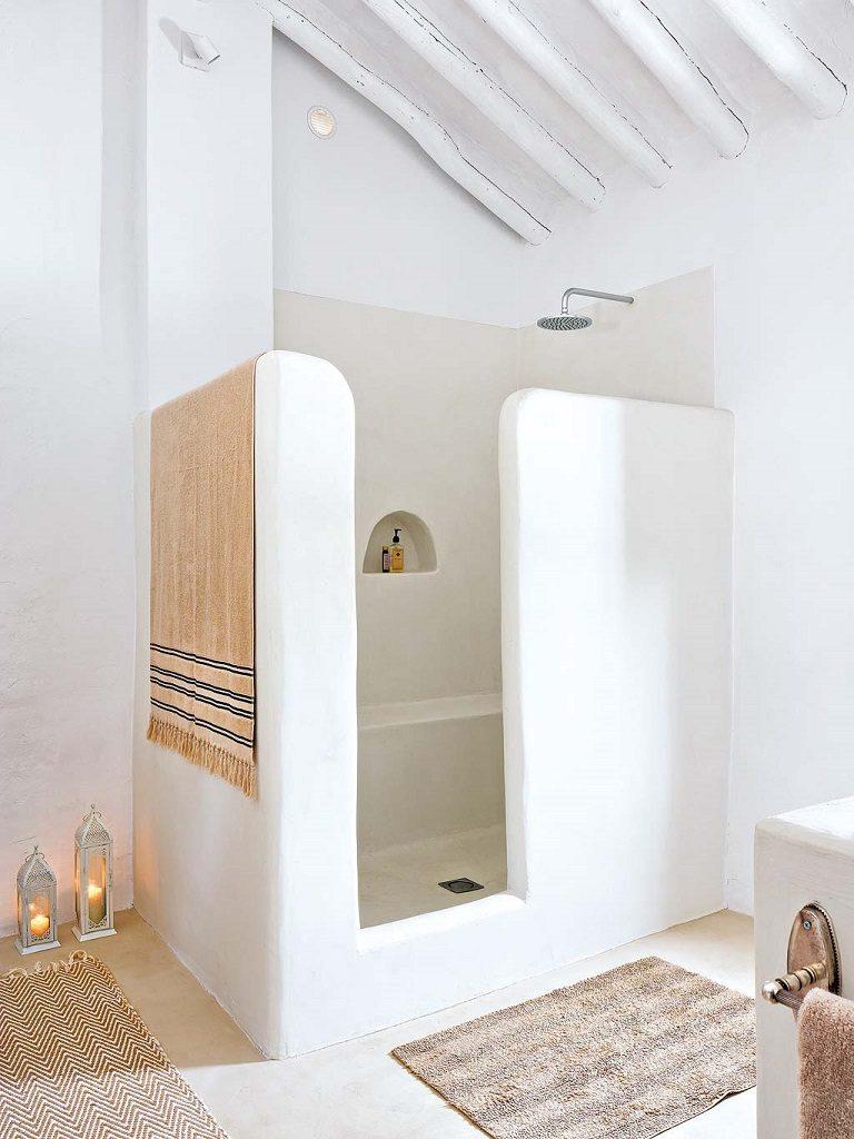 baño1 13 768x1024 - Navidad blanca, sutil y nórdica en un cortijo andaluz de ensueño en Málaga