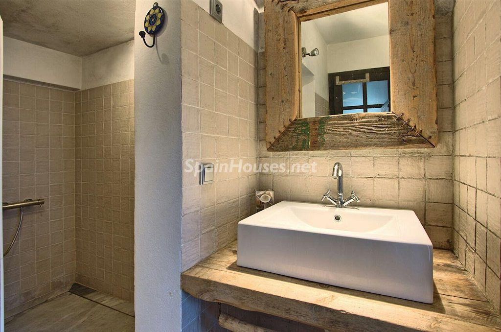 baño1 7 1024x678 - Atardecer mágico en Ibiza: Casa en alquiler de puro estilo ibicenco y encanto mediterráneo