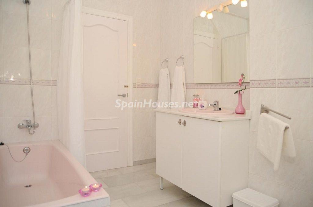 baño1 8 1024x680 - Coqueta villa en Mijas Golf (Costa del Sol, Málaga), con piscina y un bonito porche para disfrutar