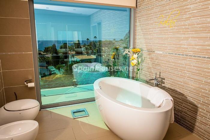 Baños Con Vista Al Mar:Moderna villa con fantásticas vistas al mar en Les Basetes, Calpe