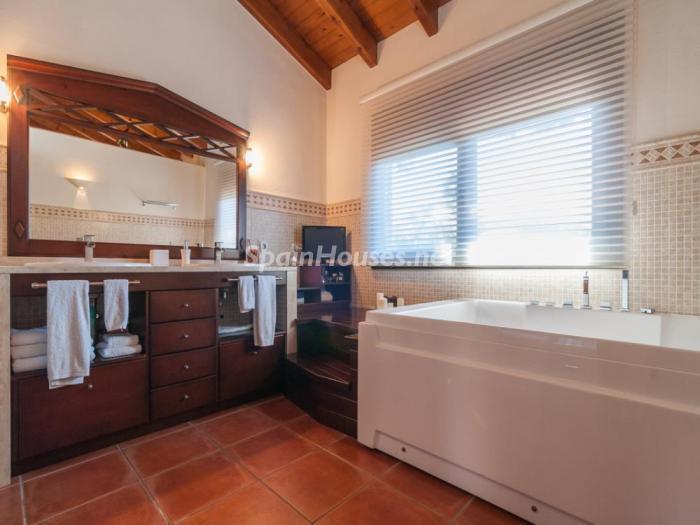 baño33 - Fusión de ambientes en una elegante casa en Castelldefels (Barcelona)