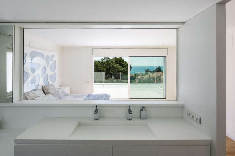 bañoydormitorio - Casa en Alella (Barcelona), de diseño minimalista y piscina primaveral