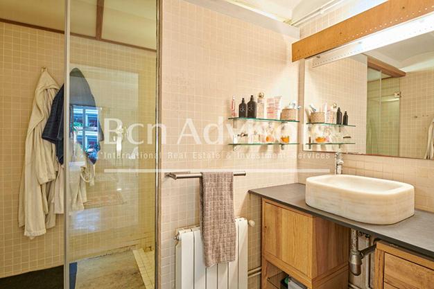 bano barcelona 1 - Este amplio apartamento con piscina en Barcelona es ideal para descansar y disfrutar de la ciudad