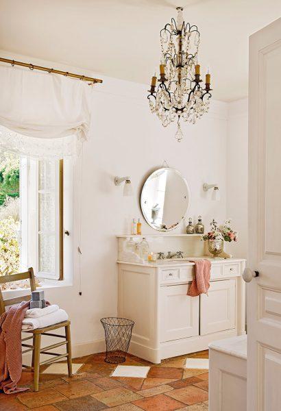 bano con lampara de arana y suelo de toba 874x1280 410x600 - La Ferme du Bon Dieu: Una granja convertida en casa que alberga una historia de amor