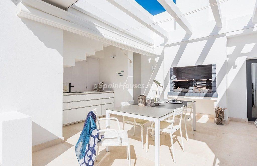 barbacoa 2 1024x663 - Espacios de luz, sol y diseño en una moderna casa en Mijas Costa (Málaga)