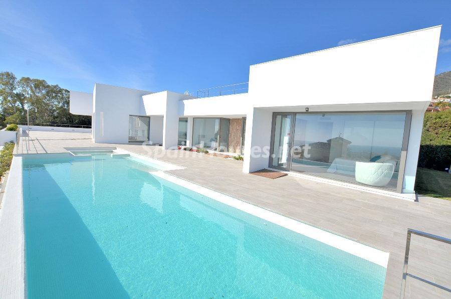 benamaldena malaga - 11 casas de diseño minimalista con un sofisticado y espectacular toque de blanco, luz y mar