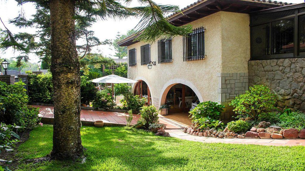 benicasim castellon 1 1024x576 - De verde y primavera: 18 espectaculares casas con un amplio y soleado jardín