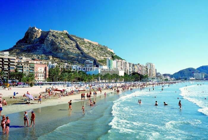benidorm alicante verano - ¿Cómo gastan el dinero los turistas extranjeros que vienen a España?