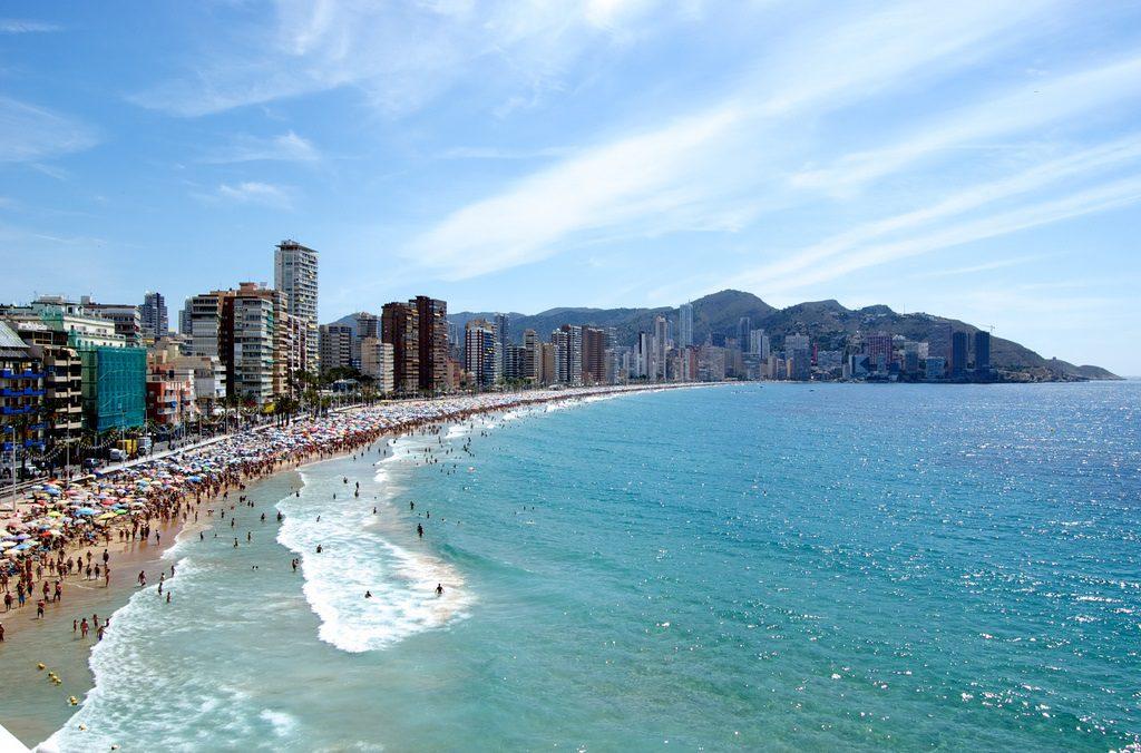 benidorm vacaciones verano playa F JohnONolan 1024x676 - Las viviendas en alquiler de vacaciones en la playa, suben un 9,8% este verano