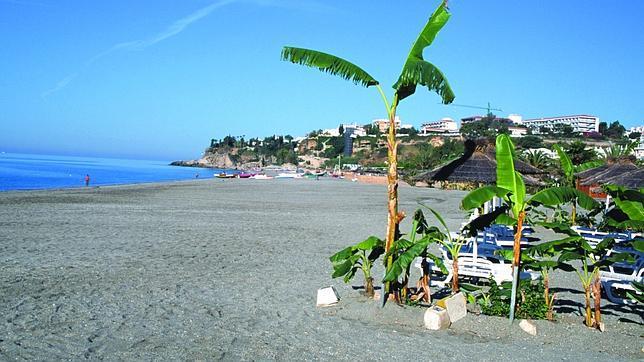 burriana nerja - 6 playas en la Costa del Sol para una escapada de vacaciones en Semana Santa